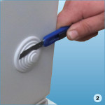 На нижней панели ножом срезать силиконовый сальник на диаметр, который соответствует диаметру провода ППС
