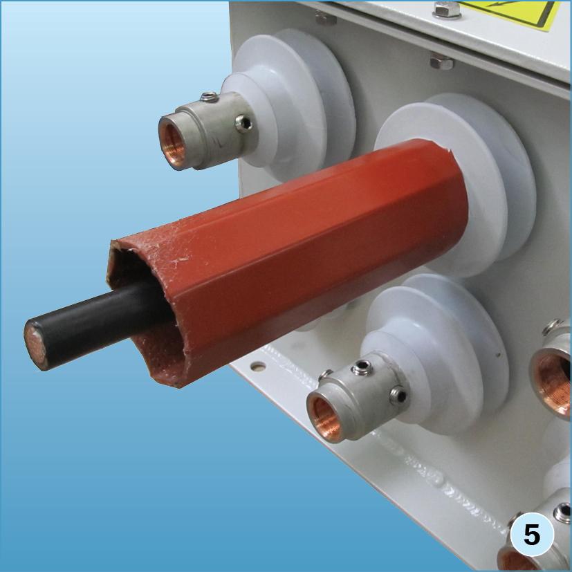 Надвинуть термоусаживаемую трубку «термофит» на юбку проходного изолятора до упора